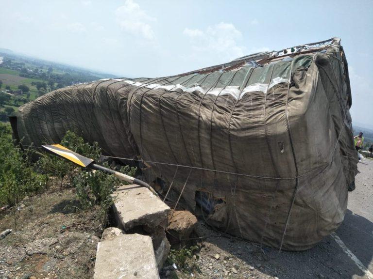 मारकुंडी पुरानी घाटी में अनियंत्रित ट्रक पलटी, ड्राइवर व खलासी गंभीत रूप से घायल