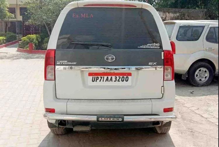 भजपा नेता के सफारी से निकला अवैध हथियार , विरोध करने पर पुलिस ने जमकर की पिटाई