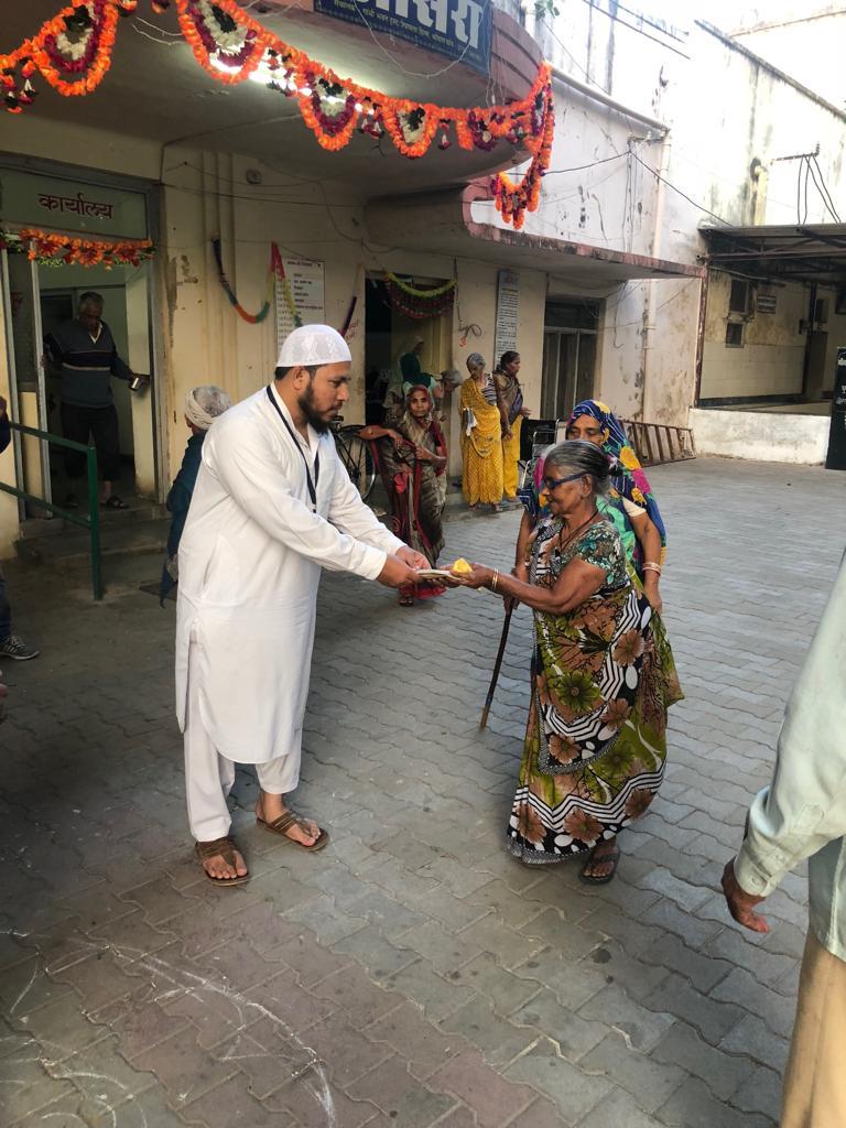 ऑल इंडिया पयामे इंसानियत फोरम यूनिट भोपाल ने वृद्धाश्रम भोपाल में  रहने वाले बुज़ुर्ग से मिलकर  तोहफ़ा पेश किया