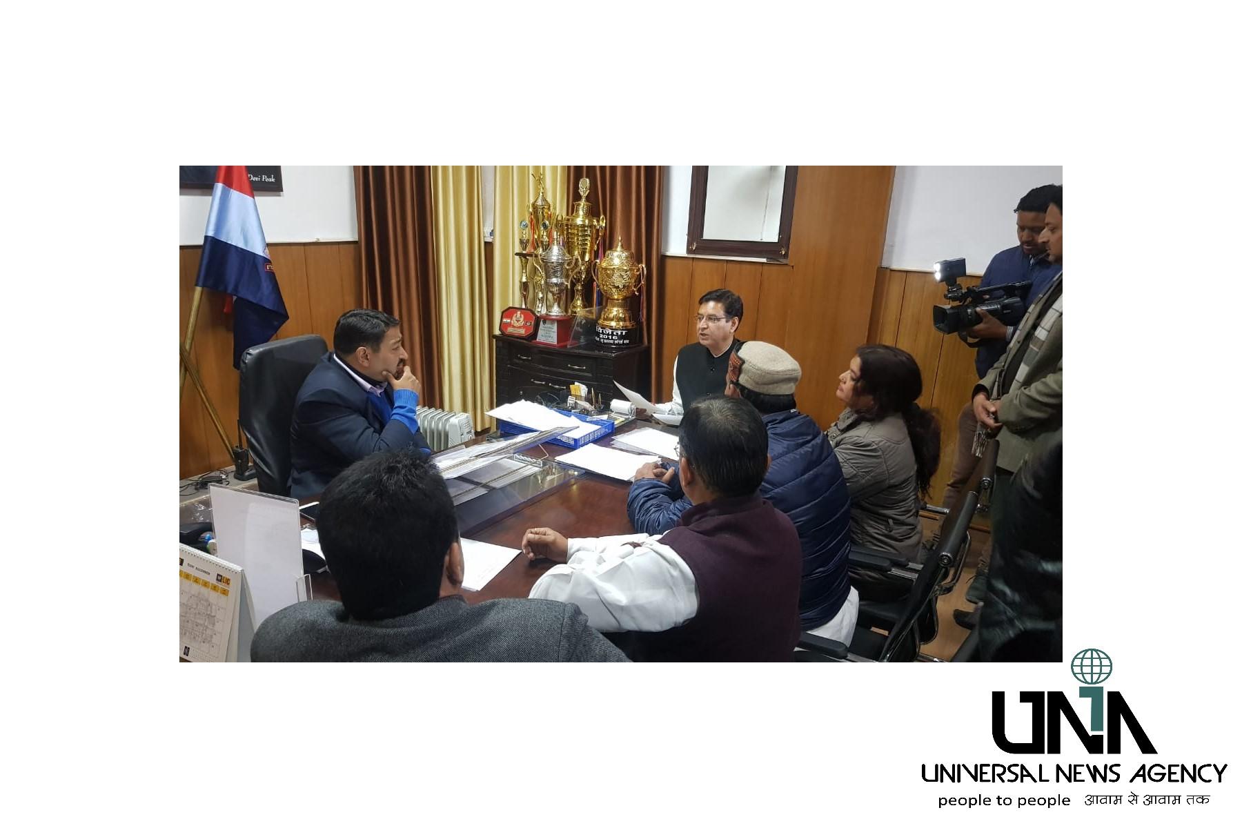 उत्तराखंड की राज्यधानी देहरादून में कांग्रेस कार्यालय पर हुए हमले के विरोध में शिकायत पत्र देते हुए