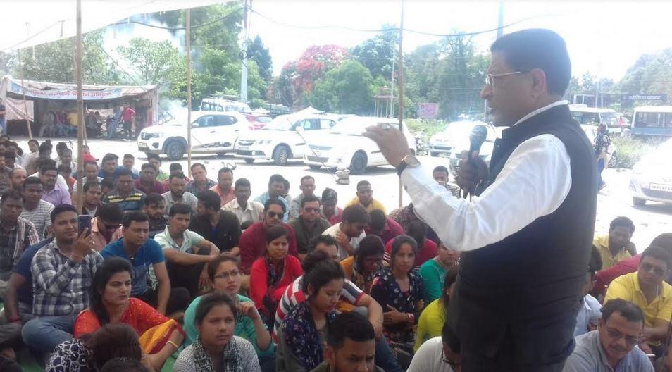उत्तराखंड की राज्यधानी देहरादून में 108 वेतन से बेदखल कर्मचारियों के नेतृत्व में कांग्रेस पार्टी के उपाध्यक्ष सूर्यकान्त धस्माना का आश्वासन :-