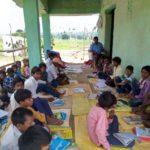 कैमूर के चफना गांव में योगेंदर ने बच्चों को शिक्षा दान करने का लिया संकल्प